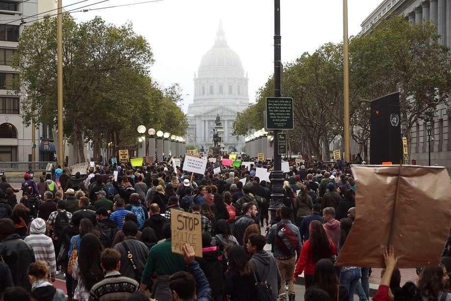 احتجاجات على عنف الشرطة في مدن أمريكية تغلق الطرق