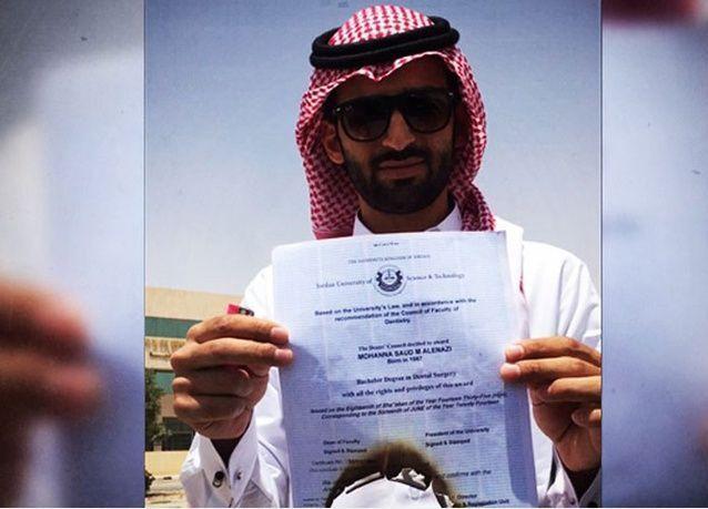فيديو: طبيب سعودي يحرق شهادته احتجاجاً على ندرة الوظائف