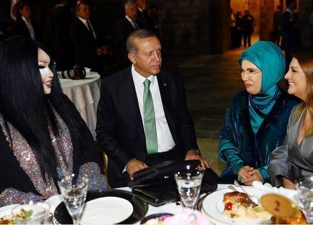 أردوغان يتناول الإفطار مع أشهر المتحولين جنسياً في تركيا