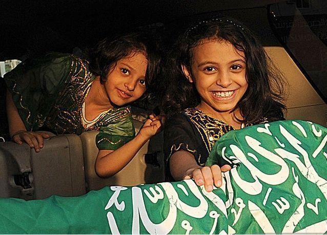 فيديو: سعودي يفاخر بإنجابه 5 بنات من زوجات عربيات مختلفات الجنسية