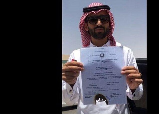 """الطبيب السعودي حارق شهادته """"يفضح"""" وزارة الخدمة المدنية """"ويكشف التلاعب"""""""