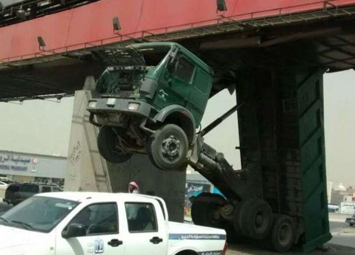 اصطدام شاحنة سعودية بجسر مشاة يغلق طريق المدينة - جدة