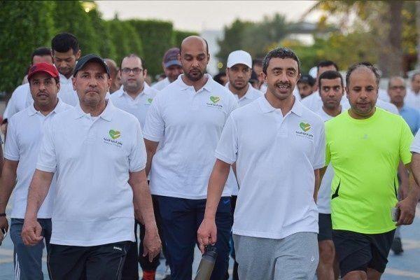 """عبدالله بن زايد يشارك منتسبي """"وزارة الخارجية """" في فعالية المشي بأبوظبي"""