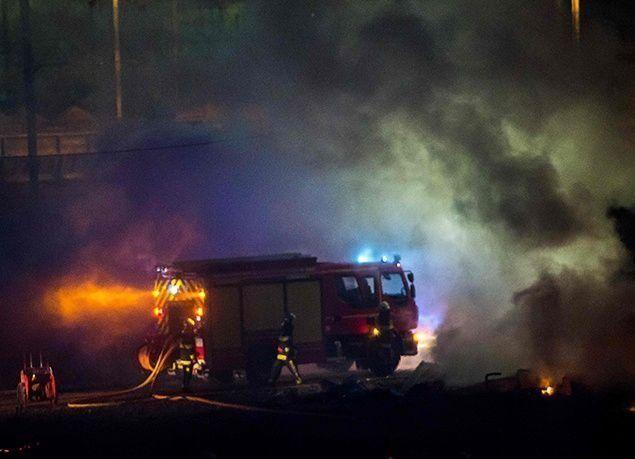 بالصور : حريق هائل في مخيم للاجئين بفرنسا ..وإجلاء المئات