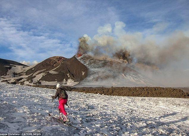 بالصور : التزلج على الجليد بالقرب من الحمم البركانية في جبل إتنا بإيطاليا