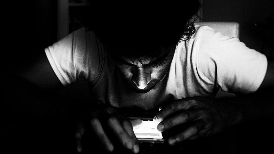 دراسة جديدة: فيسبوك يضر بالصحة العقلية