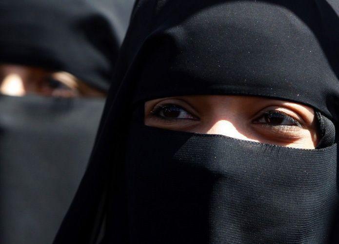 فيديو: معركة بين سعودية تضبط زوجها مع فتاة