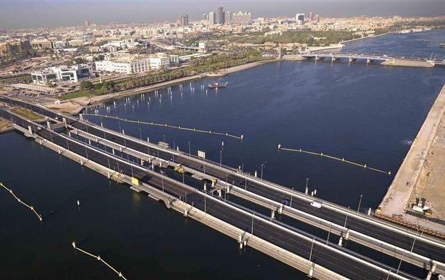 دبي: تمديد فترة إغلاق الجسر العائم أمام حركة السير خلال أيام الجمع