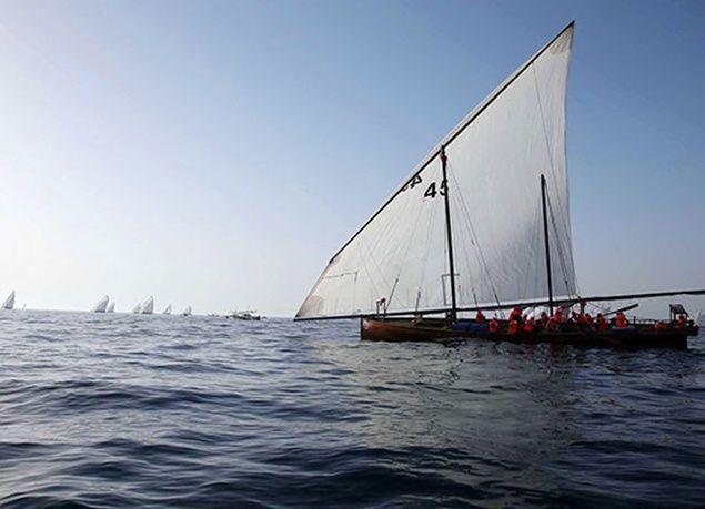 """بالصور : زايد بن حمدان بن زايد يتوج الفائزين في سباق """"دلما التاريخي"""" للمحامل الشراعية"""