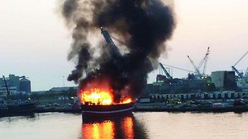 انتشال سائق وسيدتين بعد سقوط سيارتهم بسبب انشغالهم بمشاهدة حريق بميناء الشارقة