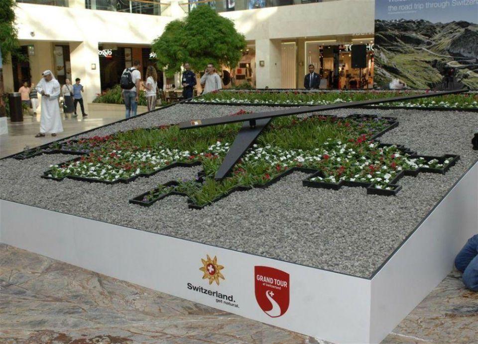 """السفارة السويسرية في أبوظبي تهدي الإمارات """"ساعة الزهور"""""""