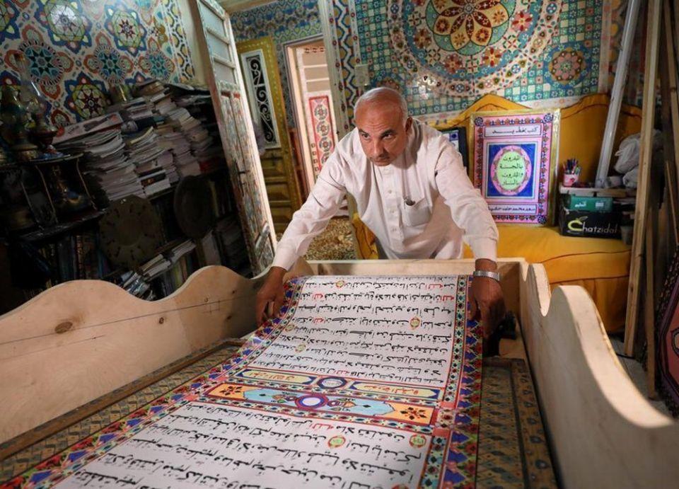 بالصور : مصري يخط مصحفاً طوله 700 متر ليكون الأكبر في العالم