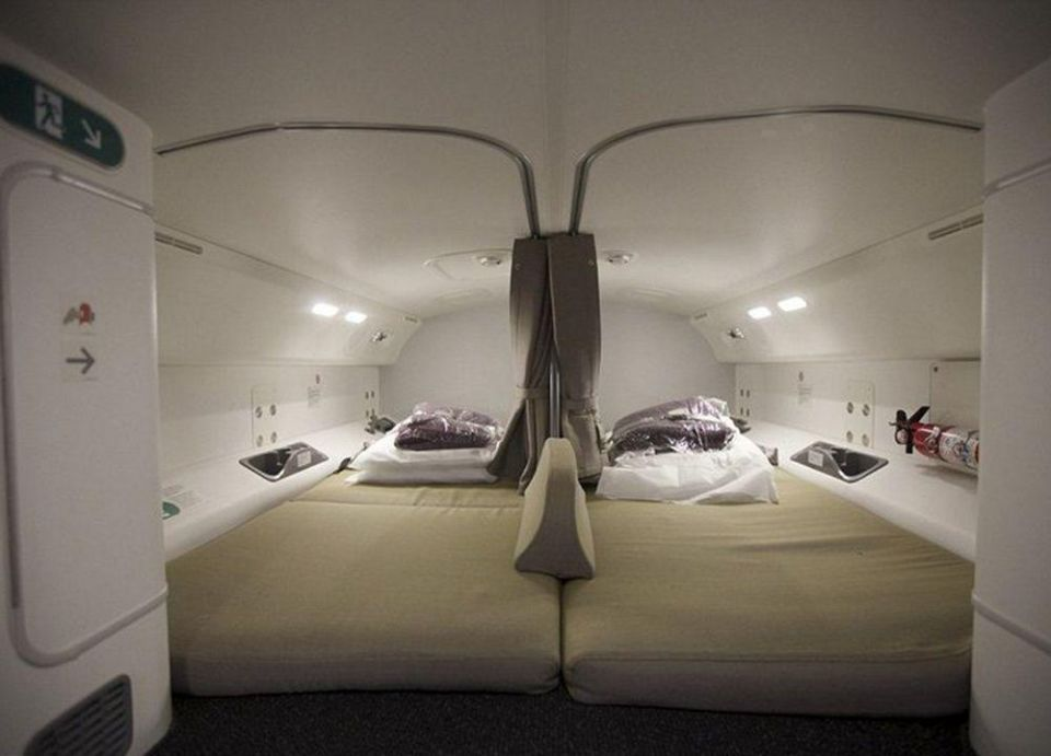 بالصور : أسرار نوم المضيفات والطيارين على متن الطائرات أثناء رحلاتهم الجوية