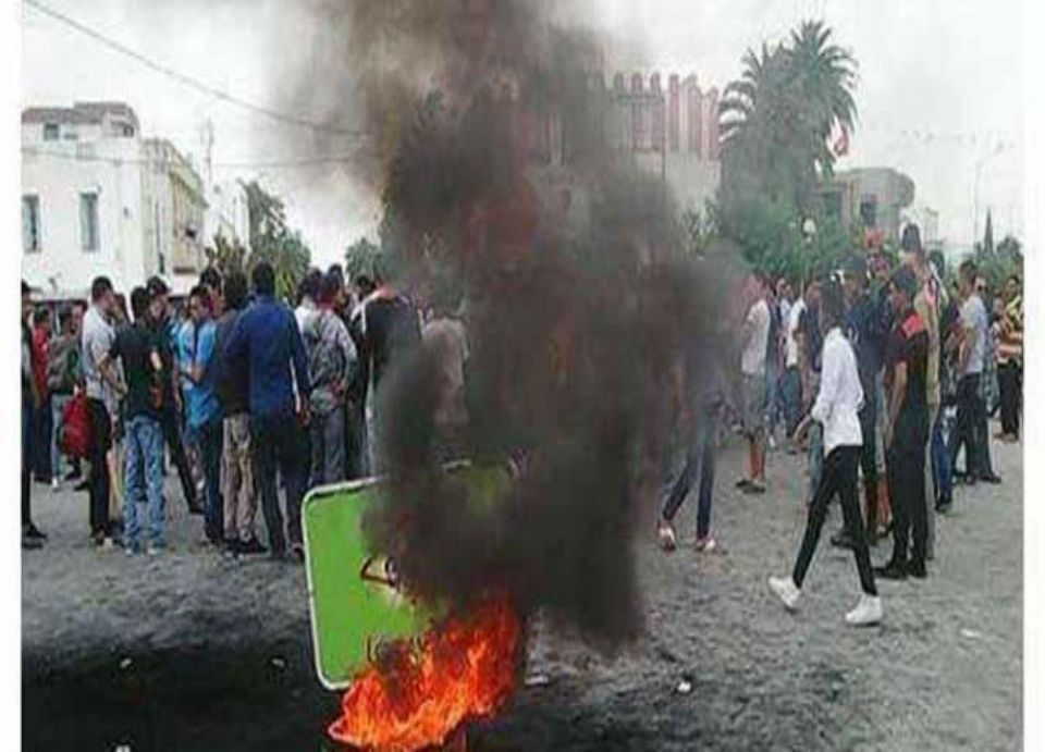 بائع متجول يشعل النار في نفسه ويفجر احتجاجات قرب تونس