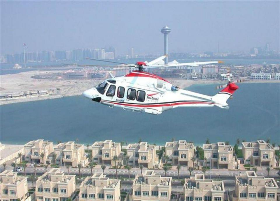 التحقيق في حادث هبوط مروحية فوق مياه البحر بإمارة أبوظبي