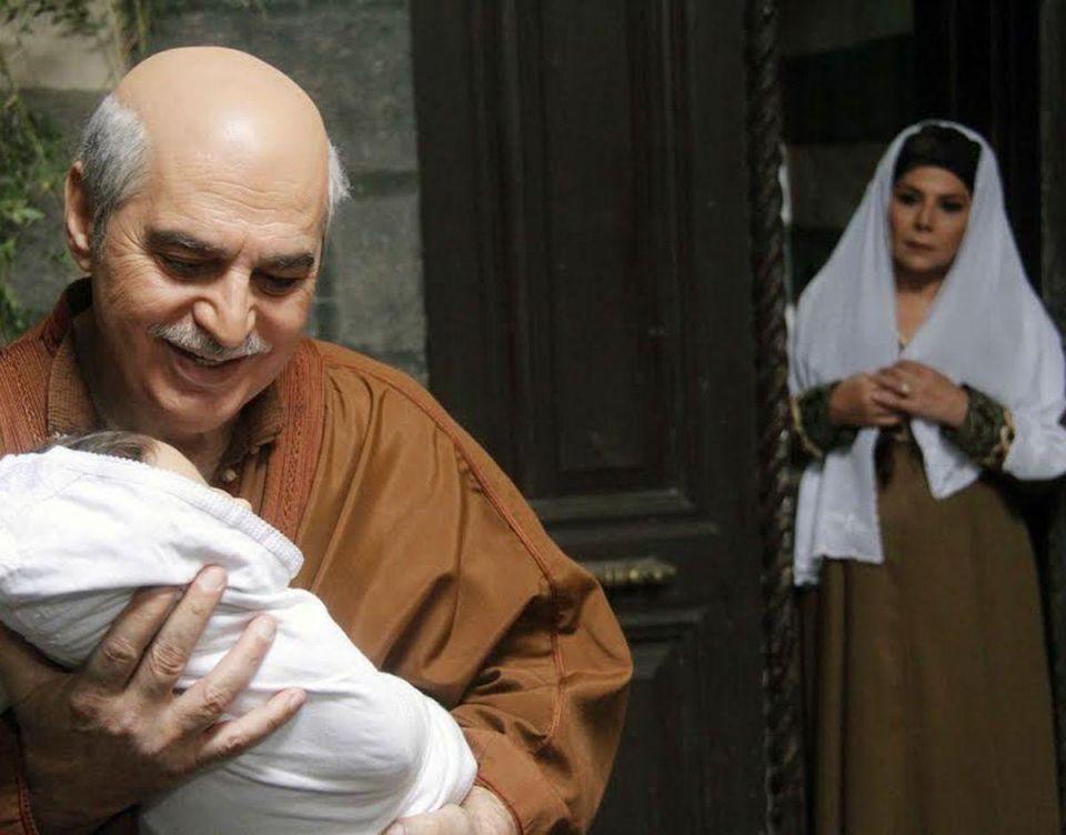"""بالصور : قريباً في رمضان .. طفل """"أبو عصام"""" الجديد يهزّ علاقته بأسرته ويفتح الباب أمام مناكفات جديدة في """"باب الحارة 9 """""""