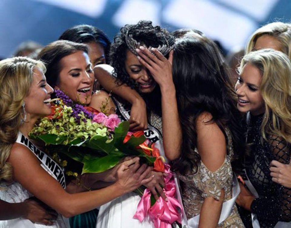 """بالصور : """"كارا ميكوليك"""" تتوج ملكة جمال الولايات المتحدة لعام 2017"""