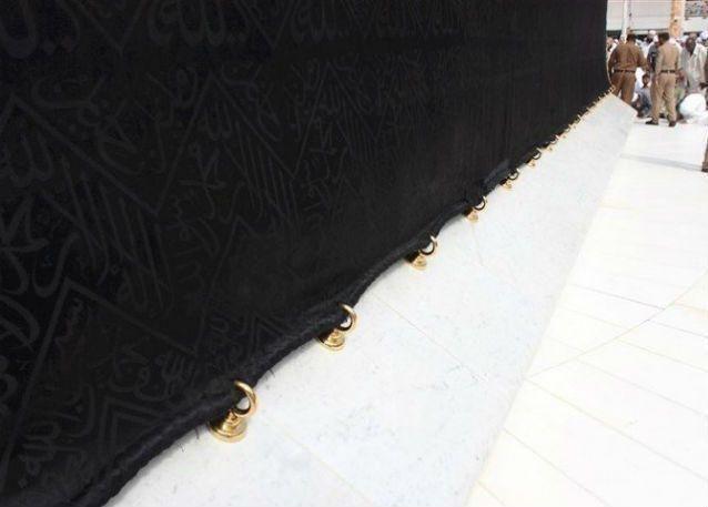استبدال 57 حلقة فضية بذهبية على أضلاع الكعبة المشرفة
