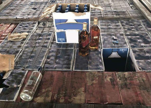 أبوظبي تحبط محاولة تهريب 7440 زجاجة خمر عبر منفذ الغويفات