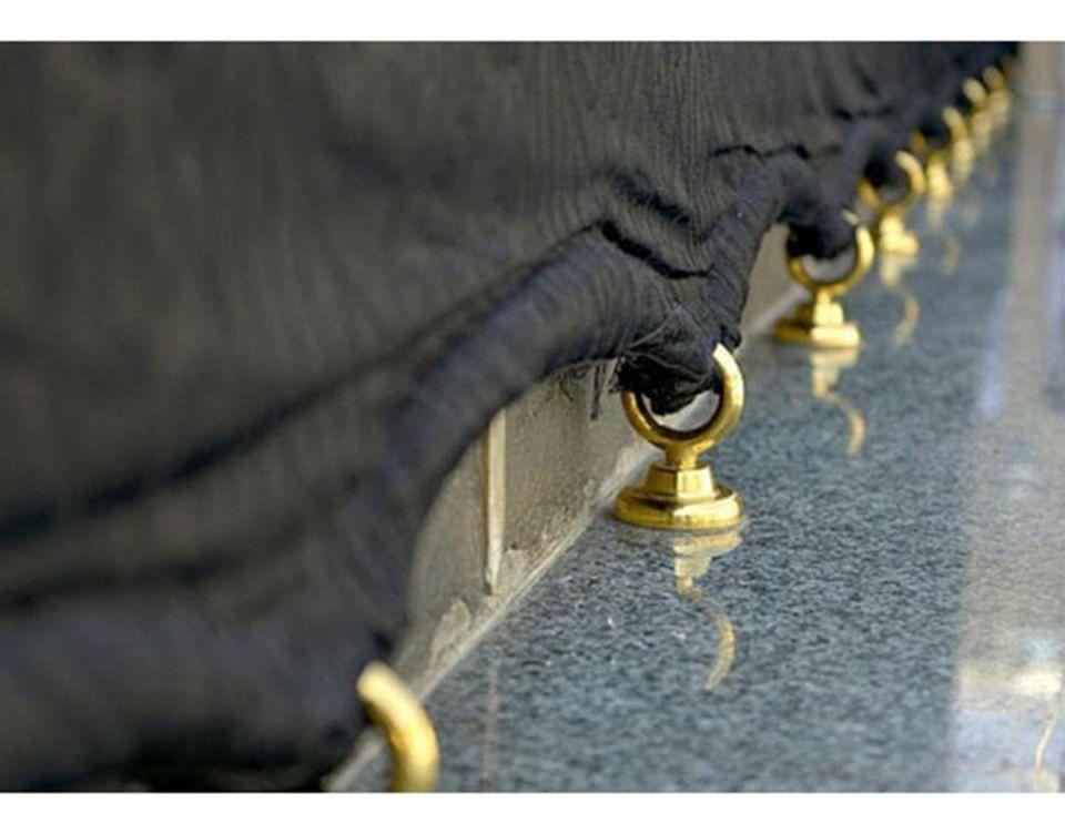 بالصور : استبدال الحلقات الفضية المثبتة في كسوة الكعبة المشرفة بحلقات ذهبية