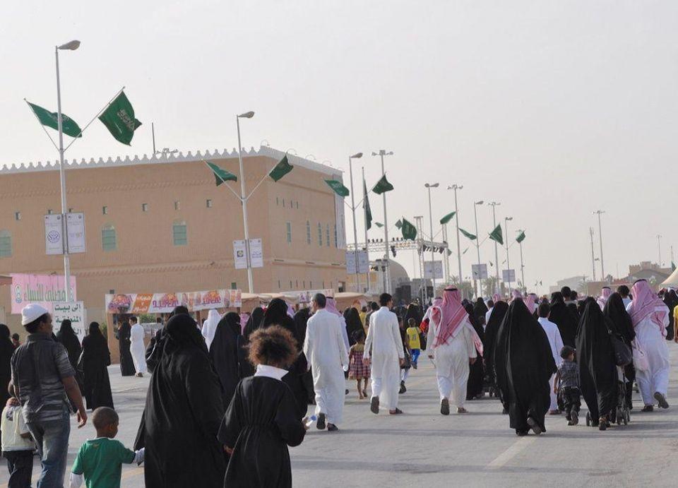 السعوديون يقتربون من دفع أول الضرائب