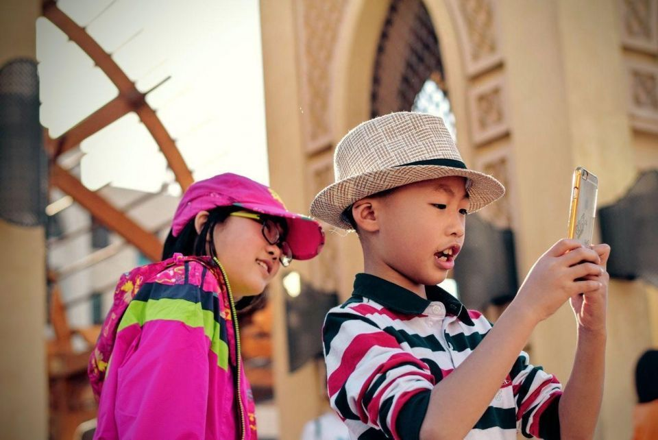 تقرير يحذر من سلوك الأطفال في الإمارات على الانترنت