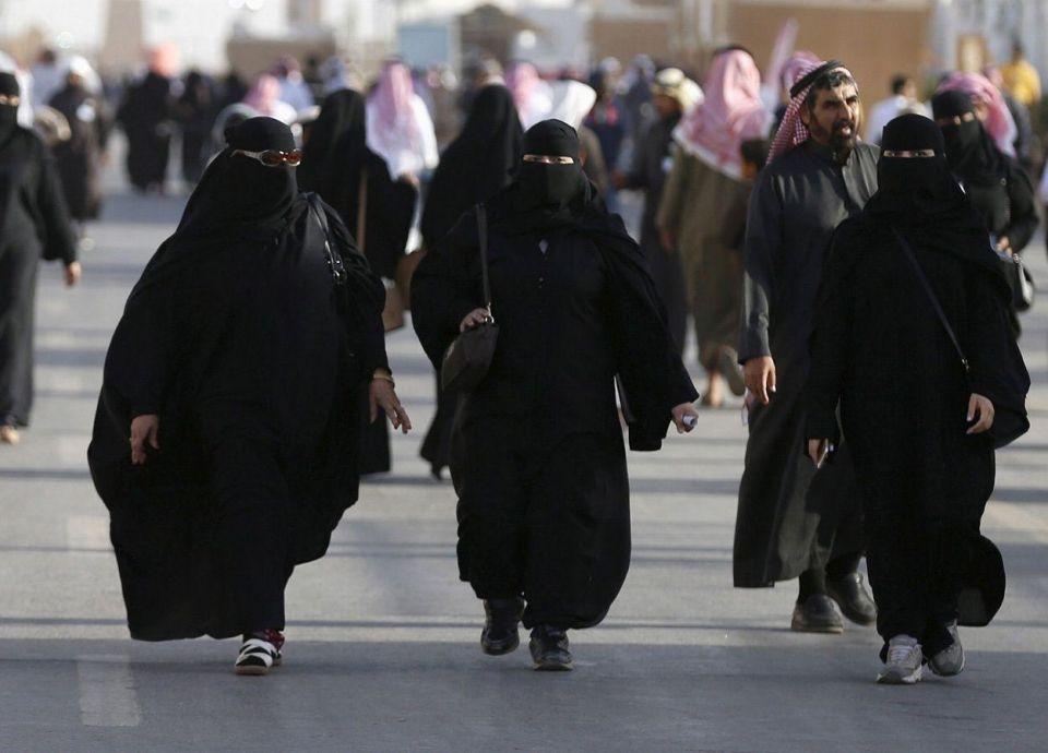 مغردون يتسببون بمعاقبة مطعم سعودي شهير بسبب الاختلاط