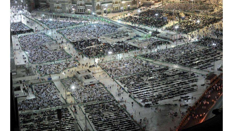 بالصور : أكثر من مليون ونصف من ضيوف الرحمن يؤدون صلاة التراويح بالمسجد الحرام