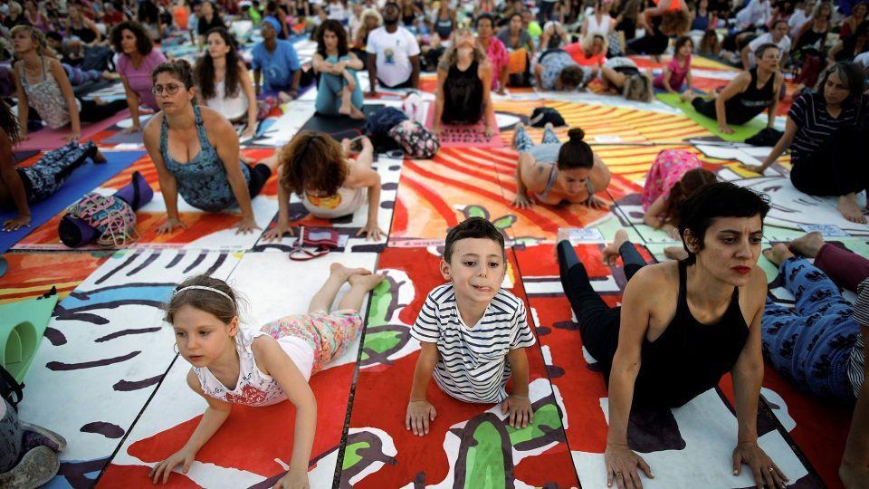 بالصور : العالم يحتفل باليوم العالمي لليوغا