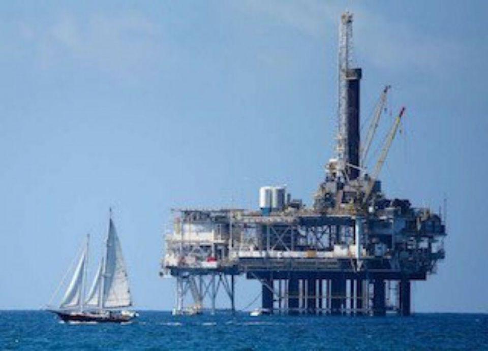أرامكو تمنح شركة إماراتية عقد بناء 4 منصات نفطية بحرية