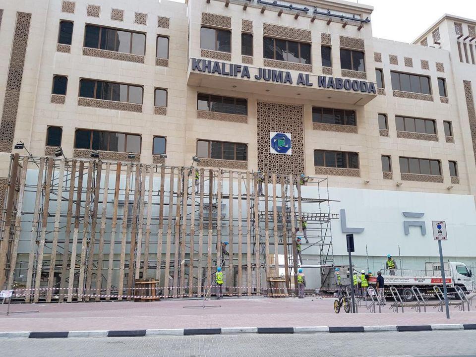 شاهد استعدادات تيسلا في دبي قبل افتتاح معرضها غدا
