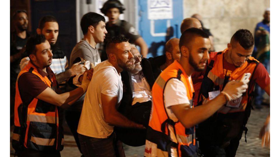 عشرات الجرحى بينهم خطيب الأقصى برصاص الاحتلال