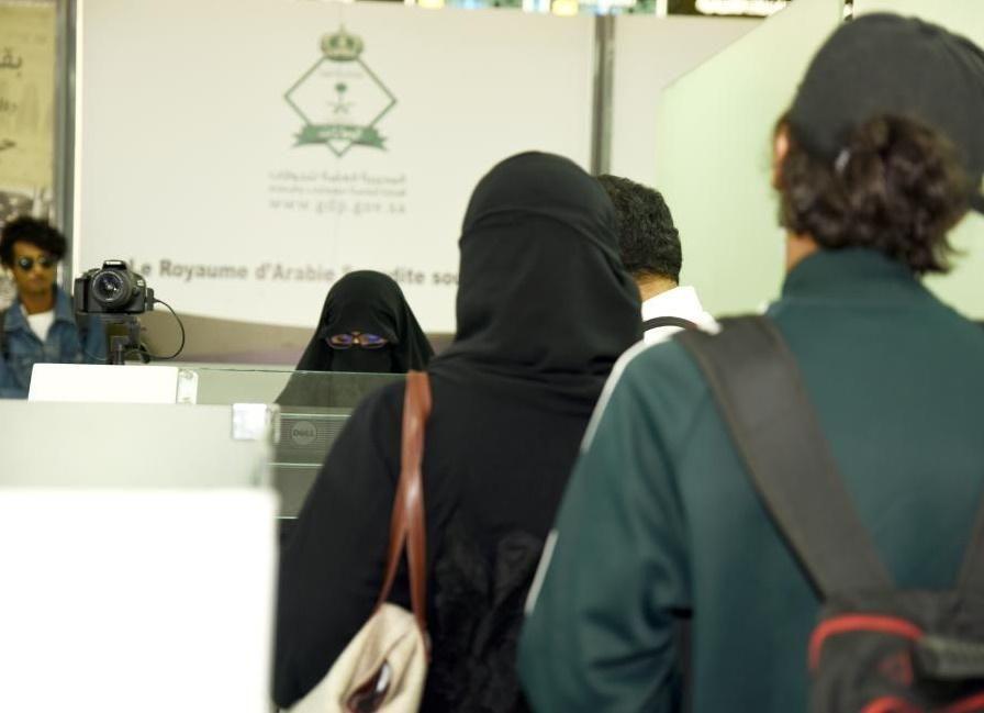 عسكريات سعوديات في مطار جدة لمساعدة الحاجات