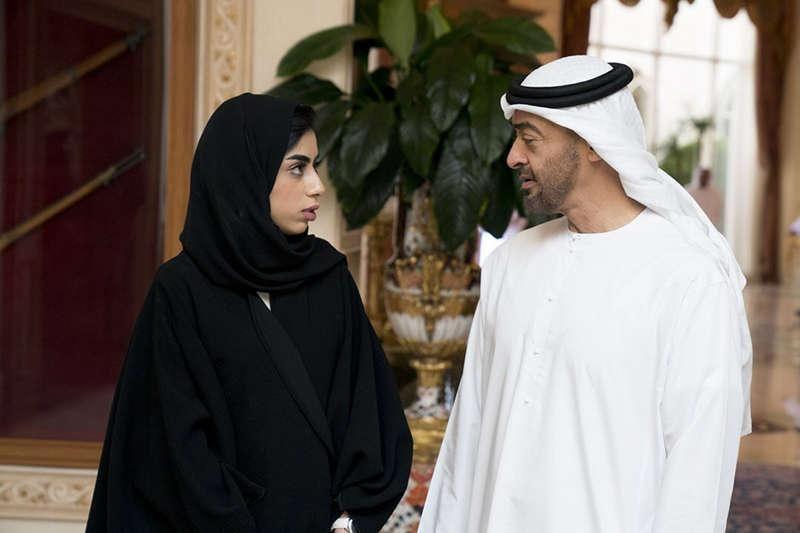"""محمد بن زايد يستقبل الإماراتية جواهر الكميتي بطلة واقعة """"إنقاذ سائق محترق"""""""