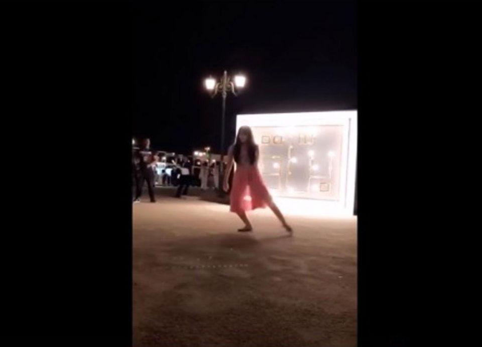 فيديو: رقص طفلة يتسبب بمعاقبة منظم فعالية براق بالسعودية