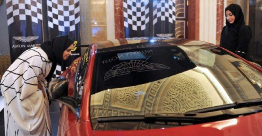 تحرير مخالفة بحق سعودية لقيادتها سيارة