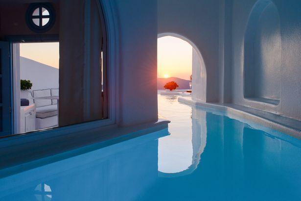 شاهد أفخر فنادق سانتوريني ذات المسابح الخفية