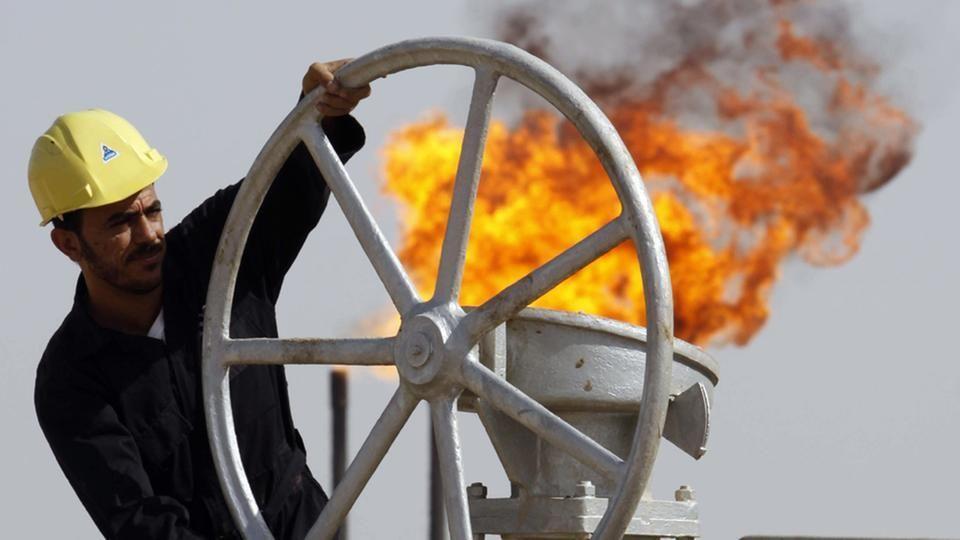 النفط يغلق منخفضا بعد بيانات إدارة معلومات الطاقة بشأن المخزونات