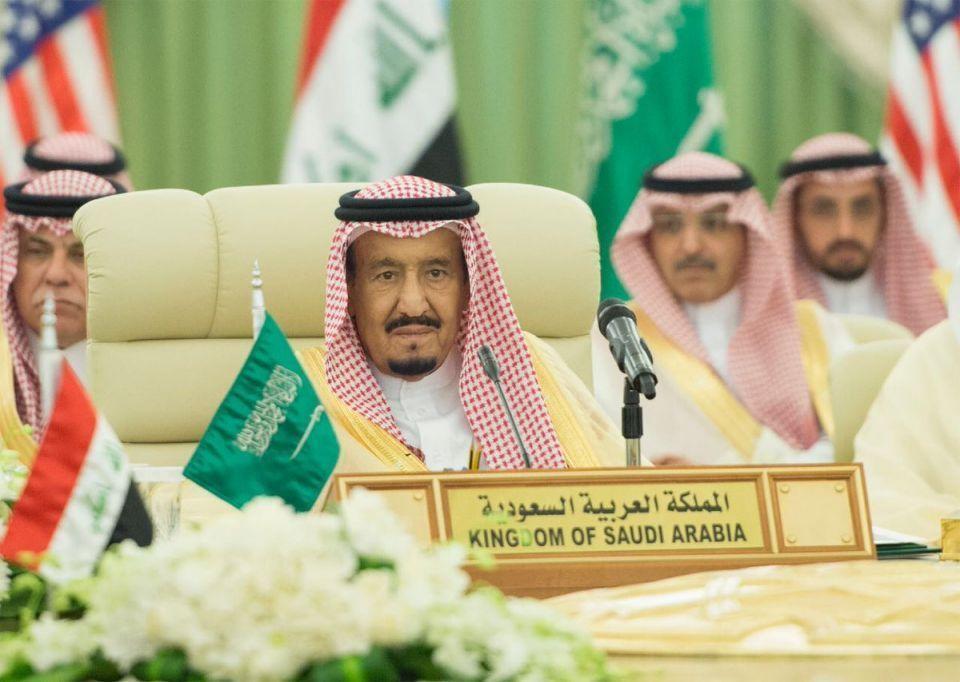 مسؤول سعودي: الملك لن يتنازل عن العرش لابنه ولي العهد