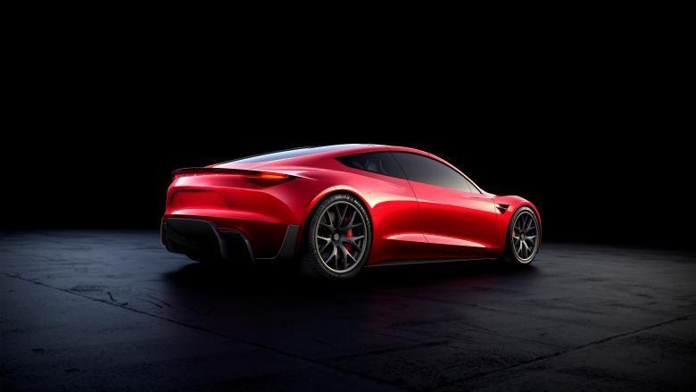 تيسلا تكشف النقاب عن شاحنة كهربائية وسيارة Roadster