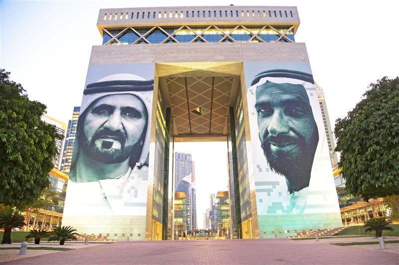 عمل إبداعي يضم صورتي زايد ومحمد بن راشد يجمل واجهة مركز دبي المالي