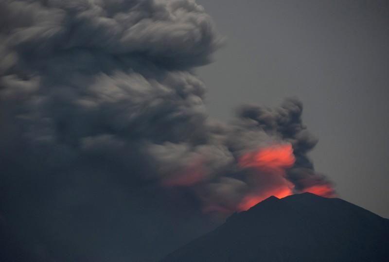 إندونيسيا تعيد فتح مطار بالي بعد غلقه بسبب نشاط بركاني