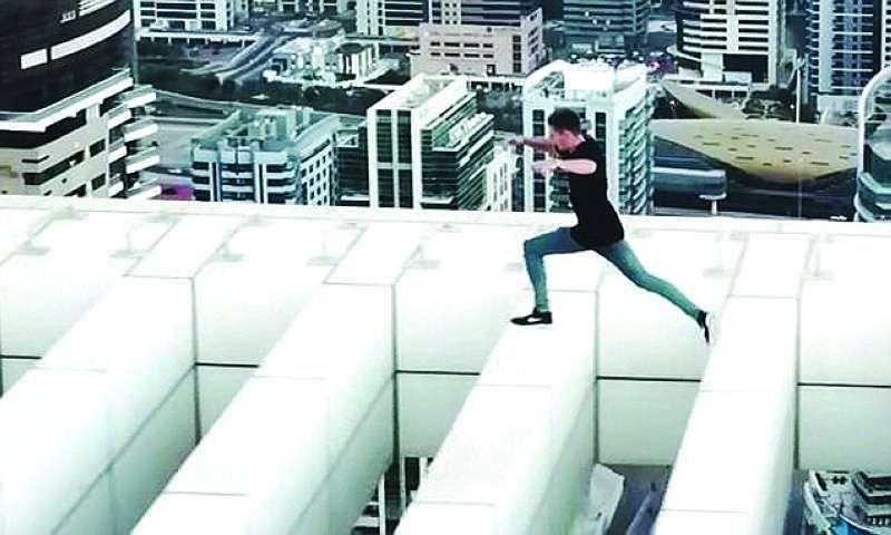 شاب يستعرض بالقفز فوق مبنى من 43 طابقاً في دبي.. والشرطة تحذّر