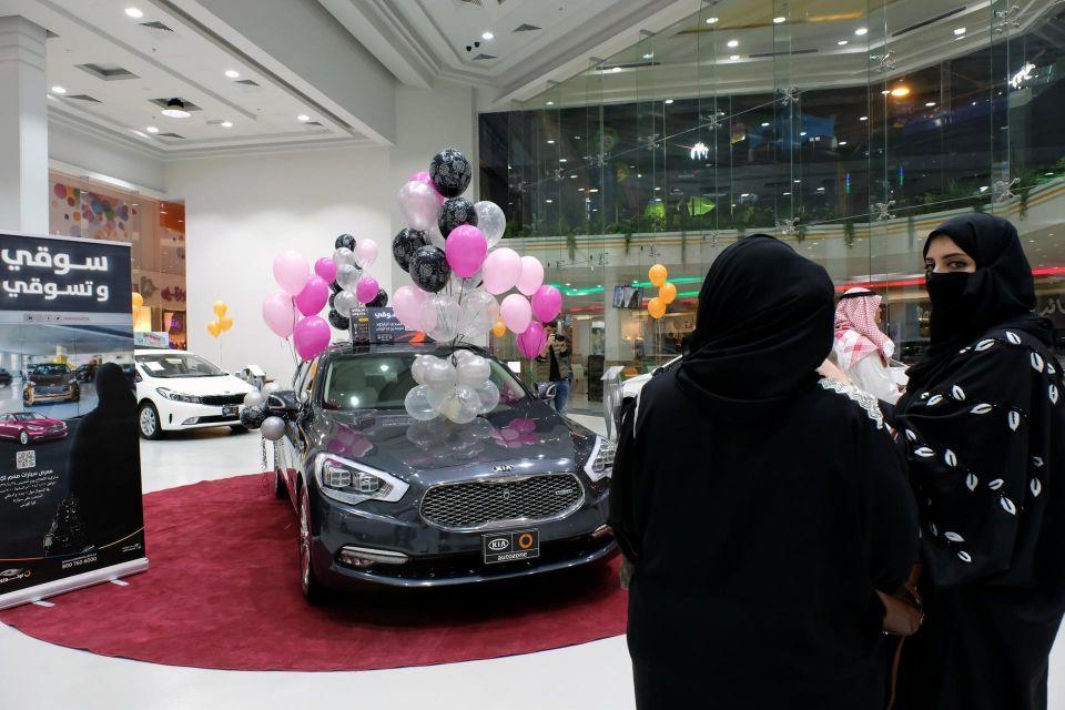 أول معرض سيارات للنساء في السعودية