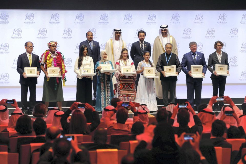 محمد بن زايد يكرم الفائزين بجائزة زايد لطاقة المستقبل