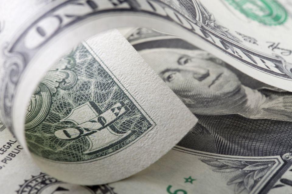 الدولار يصعد بعد خسائر إثر إغلاق الحكومة الأمريكية بسبب خلاف