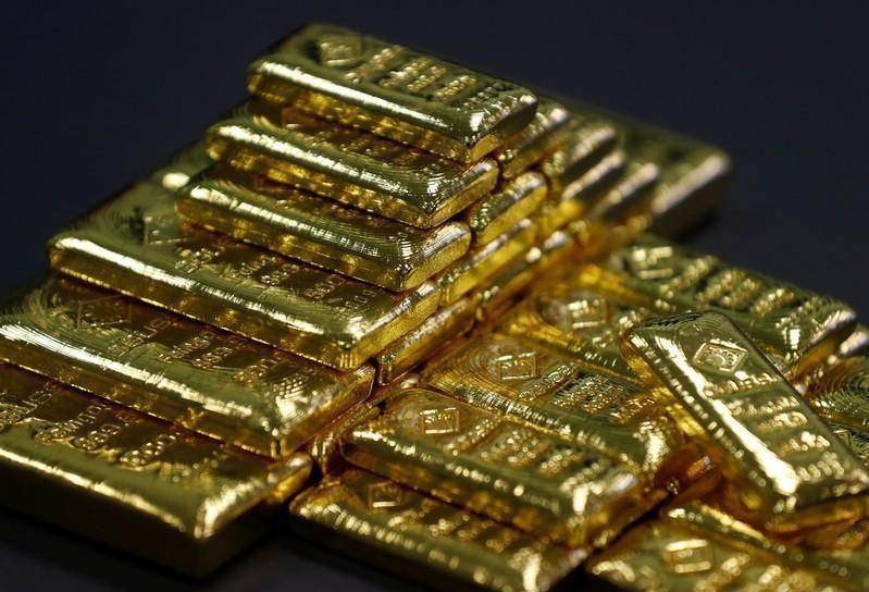 الذهب يسجل ذروته في عامين ونصف مع تراجع الدولار