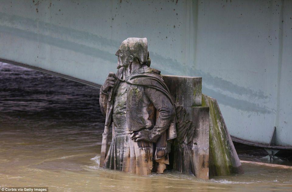 بالصور: باريس تغرق بفيضان نهر السين