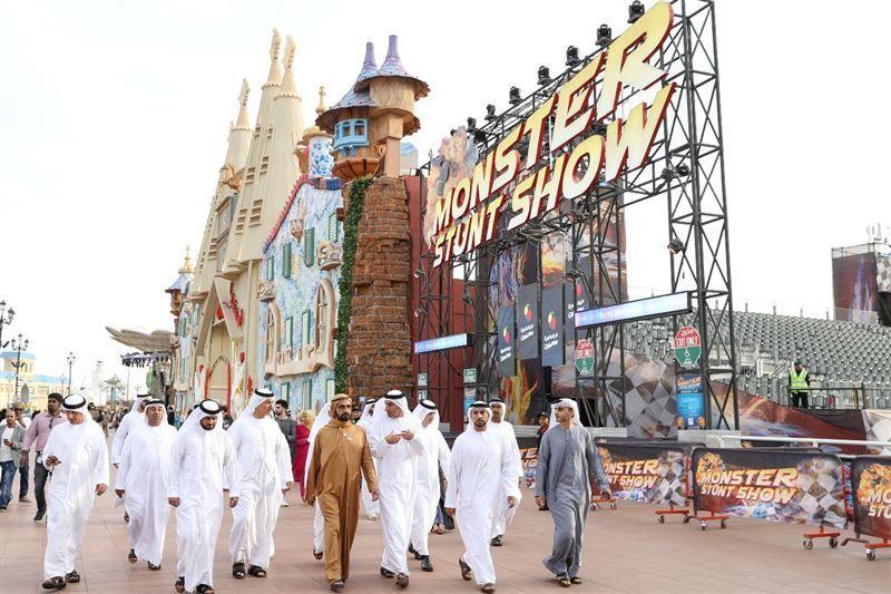 محمد بن راشد يزور القرية العالمية في دبي