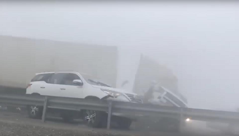 حادث سيارات تتابعي على طريق أبوظبي - دبي